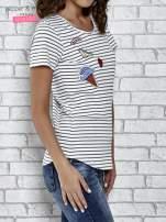 Biały t-shirt w paski z naszywkami                                  zdj.                                  3