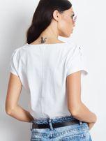 Biały t-shirt z kieszonką i guzikami na ramionach                                  zdj.                                  2