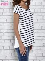 Biały t-shirt z motywem pasków                                   zdj.                                  3