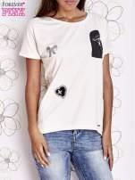 Biały t-shirt z motywem serca i kokardki                                  zdj.                                  1