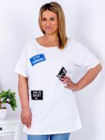 Biały t-shirt z nadrukiem naszywek PLUS SIZE                                  zdj.                                  1