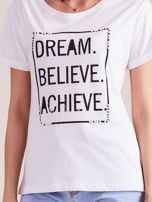 Biały t-shirt z napisami i perełkami                                  zdj.                                  6
