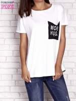 Biały t-shirt z napisem MORE HUGS