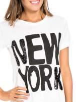 Biały t-shirt z napisem NEW YORK z cekinami                                  zdj.                                  5