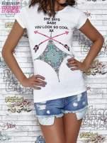 Biały t-shirt z napisem SHE SAYS BABE YOU LOOK SO COOL XX                                  zdj.                                  1