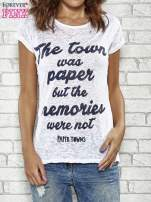 Biały t-shirt z napisem THE TOWN WAS PAPER BUT THE MEMORIES WERE NOT PAPER TOWNS