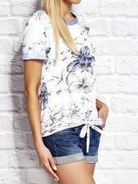 Biały wiązany t-shirt z kwiatowym nadrukiem                                  zdj.                                  3