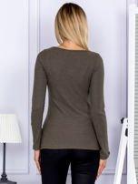 Bluzka damska w prążek z paseczkami przy dekolcie khaki                                  zdj.                                  2