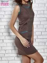 Brązowa dopasowana sukienka z pionową aplikacją                                  zdj.                                  3