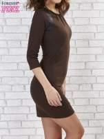 Brązowa sukienka z marszczeniami przy dekolcie                                  zdj.                                  4
