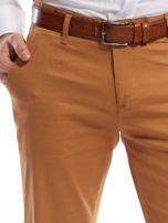 Brązowe spodnie męskie chinosy o prostym kroju                                  zdj.                                  5