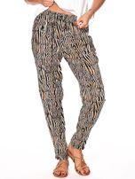 Brązowe spodnie w kolorowe desenie                                  zdj.                                  3