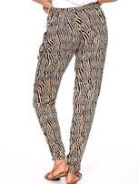 Brązowe spodnie w kolorowe desenie                                  zdj.                                  5