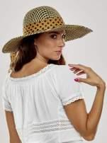 Brązowy kapelusz słomiany z szerokim rondem i apaszką                                  zdj.                                  3