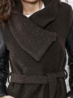 Brązowy płaszcz ze skórzanymi pikowanymi rękawami