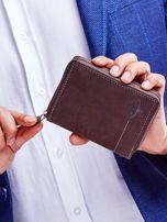 Brązowy portfel dla mężczyzny z tłoczonym emblematem                                  zdj.                                  1