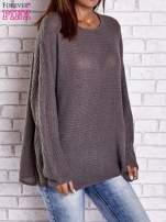 Brązowy sweter oversize z rozcięciami po bokach                                  zdj.                                  1