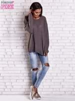 Brązowy sweter oversize z rozcięciami po bokach                                  zdj.                                  2