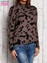 Brązowy sweter w malarskie desenie                                  zdj.                                  3