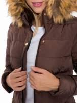 Brązowy taliowany płaszcz puchowy z kapturem z futerkiem                                  zdj.                                  12