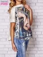Brzoskwiniowa bluzka z nadrukiem kobiety i złotym tyłem                                  zdj.                                  3
