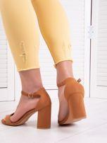 706e56f5 Camelowe sandały z eco zamszu na wysokim asymetrycznym słupku - Buty ...