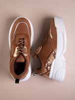 Camelowe buty sportowe na podwyższeniu z błyszczącą wstawką i zwierzęcym motywem                                  zdj.                                  1