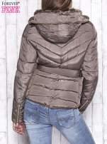 Ciemnobeżowa zimowa kurtka z futrzanym kapturem i paskiem                                  zdj.                                  2