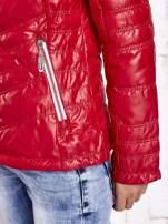 Ciemnoczerwona pikowana kurtka z wykończeniem w groszki                                                                          zdj.                                                                         6
