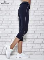 Ciemnogranatowe legginsy z falbanką w pasie                                  zdj.                                  4