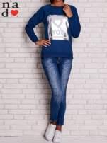Ciemnoniebieska bluza z błyszczącym nadrukiem