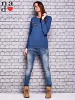 Ciemnoniebieska bluza z naszywkami                                  zdj.                                  2