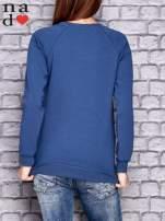 Ciemnoniebieska bluza z naszywkami                                  zdj.                                  4