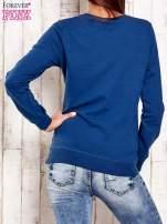 Ciemnoniebieska bluza z tekstowym nadrukiem                                  zdj.                                  4