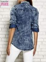 Ciemnoniebieska denimowa koszula z motywem acid wash                                  zdj.                                  2