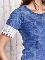 Ciemnoniebieska jeansowa sukienka z koronkowym wykończeniem                                  zdj.                                  5