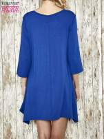 Ciemnoniebieska sukienka damska z nadrukiem kotów                                  zdj.                                  3
