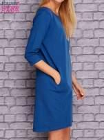Ciemnoniebieska sukienka z naszywkami                                  zdj.                                  3