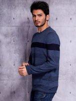Ciemnoniebieski sweter męski z kontrastową wstawką                                  zdj.                                  3