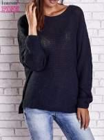 Ciemnoniebieski sweter oversize z rozcięciami po bokach                                  zdj.                                  2