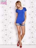 Ciemnoniebieski t-shirt z koronkowym wykończeniem rękawów                                  zdj.                                  2
