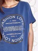 Ciemnoniebieski t-shirt z nadrukiem i frędzlami                                  zdj.                                  5
