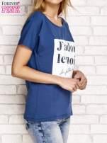 Ciemnoniebieski t-shirt z napisem J'ADORE LE NOIR