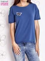 Ciemnoniebieski t-shirt z naszywką motyla i pomponikami                                  zdj.                                  1