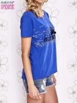 Ciemnoniebieski t-shirt z ozdobnym napisem i kokardą                                  zdj.                                  3
