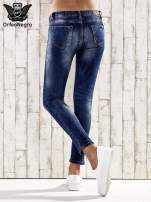 Ciemnoniebieskie jeansy rurki z przetarciami                                  zdj.                                  3