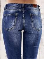 Ciemnoniebieskie marmurkowe spodnie skinny jeans                                  zdj.                                  6