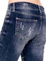Ciemnoniebieskie spodnie jeansowe rurki z dużymi dziurami                                  zdj.                                  7