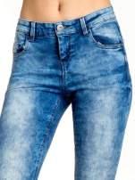 Ciemnoniebieskie spodnie jeansowe skinny z lekkim dekatyzowaniem                                  zdj.                                  4