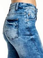 Ciemnoniebieskie spodnie jeansowe skinny z lekkim dekatyzowaniem                                  zdj.                                  5